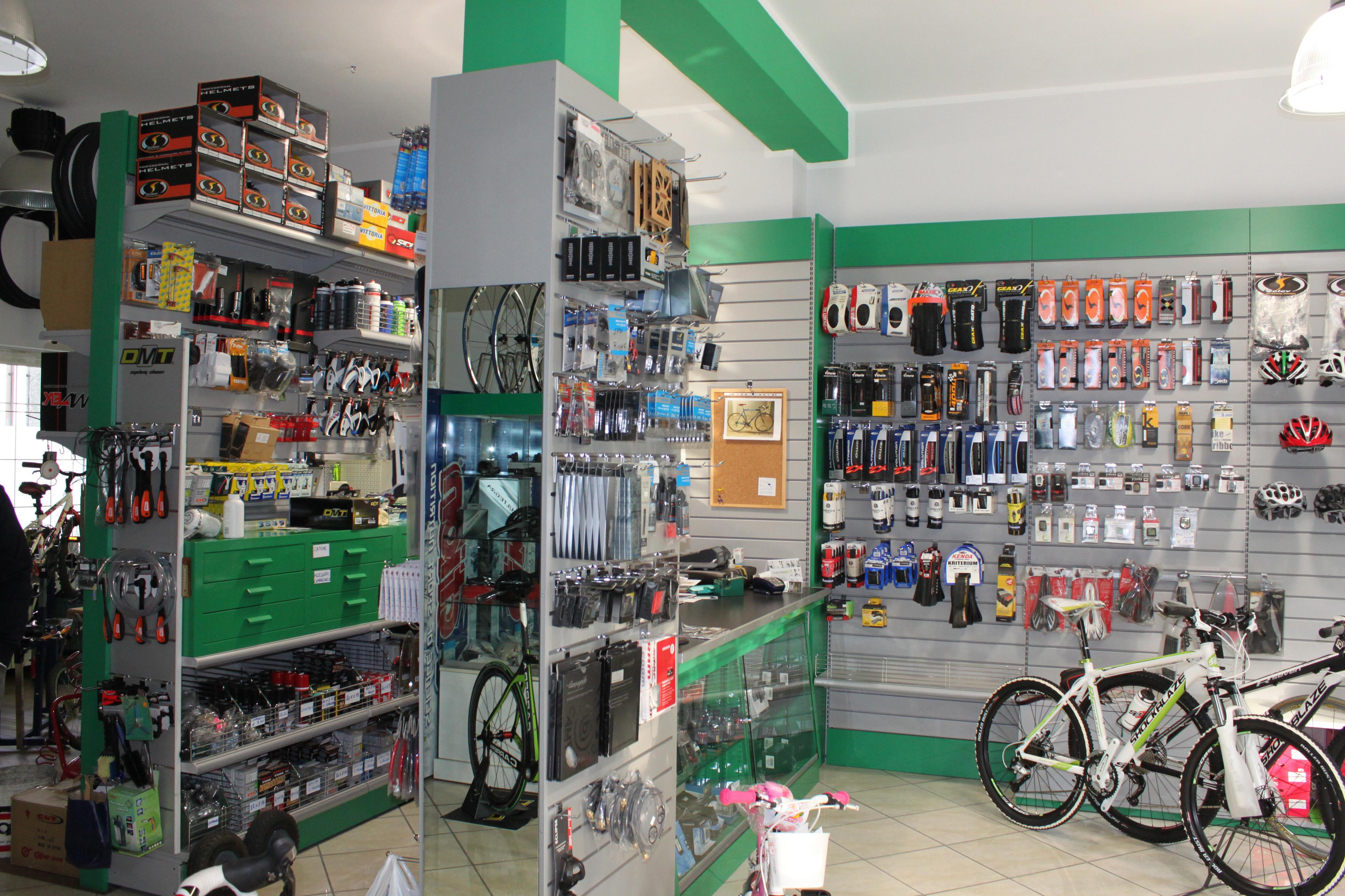 Mobili per negozi idee di design per la casa for Arreda negozi shop