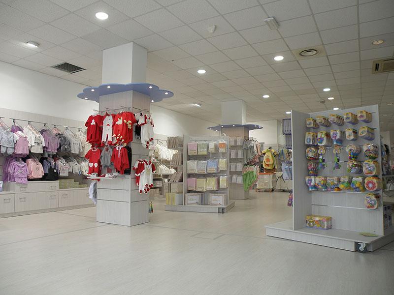 Arredo negozio abbigliamento bambini mobili per negozi for Arredamenti per negozi di abbigliamento