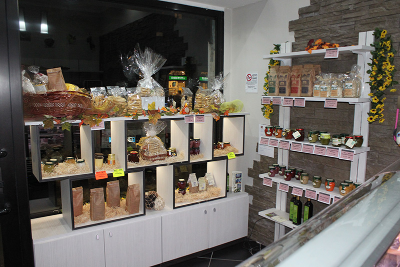 Grotta dei sapori arredamento per gastronomia mobili per for Arredamento negozi milano